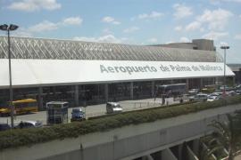 Polizisten retten Touristin vor Erstickungs-Tod im Airport