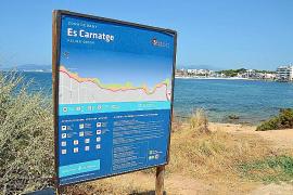 Schilder der Stadtverwaltung weisen darauf hin, dass Baden hier auf eigene Gefahr erfolgt, da der Strand nicht von Rettungsschwimmern überwacht wird.