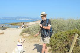 Palmesaner wie Tomás und Hündin Dora kommen regelmäßig aus der Stadt hierher. Es Carnatge ist immerhin der einzige offizielle Hundestrand der Inselhauptstadt.