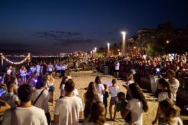 Hunderte Zuschauer versammeln sich regelmäßig zu den 30-minütigen Gottesdiensten und singen mit.