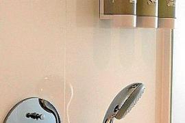 In den Duschen befinden sich nachfüllbare Seifenspender.