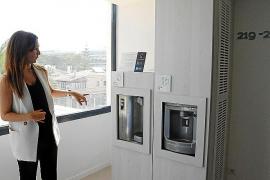 Mónica Munar, Direktorin des Iberostar Bahía Playa an der Playa de Palma, zeigt die Wasserautomaten von Aguaviva, an den sich die Gäste rund um die Uhr mit sauberem Trinkwasser versorgen können.
