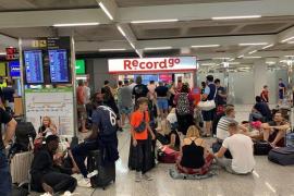 Fünf Stunden Warterei vor Mietwagenschalter am Airport