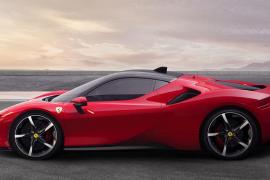 Nackte Frau räkelt sich auf Ibiza auf Ferrari-Dach