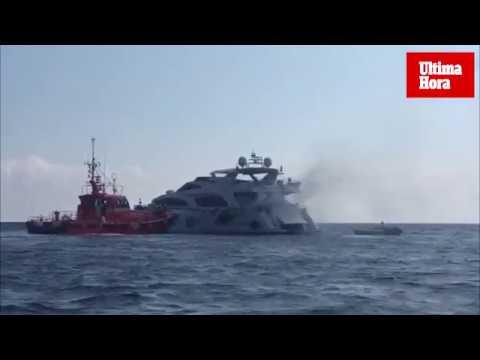 Yacht brennt nahe dem Es-Trenc-Strand