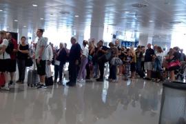 Lange Schlangen vor der Airport-Passkontrolle
