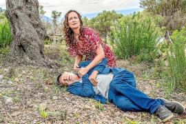 Entsetzt findet Carla Cortez (Natalia Wörner) ihren Geliebten Kurt (Michael Gwisdek) bewusstlos im Olivenhain.