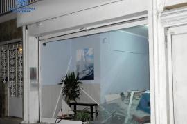 Brite fährt mit Auto in Geschäft in Can Pastilla