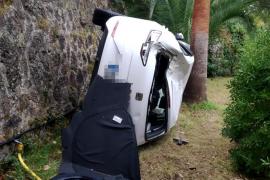 Pkw fliegt bei Valldemossa aus Kurve und stürzt in Garten