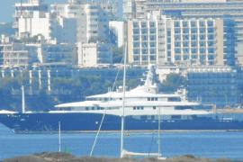 """Superyacht """"C2"""" elektrisiert Touristen in Palmanova"""