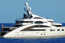 """Luxusyacht """"Ace"""" samt Hilfsschiff vor Palmanova"""