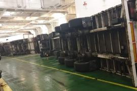 Sturm lässt Lkw in Fähre vor Mallorca umkippen