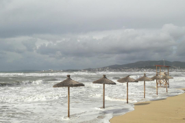 Die Wellen schlucken den Strand.