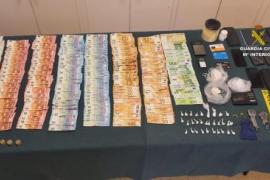 Die Polizei konfiszierte 15.850 Euro Bargeld.