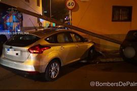 Auto rast in Palma gegen Strommast