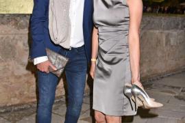 Anouschka Renzi (mit Partner Marc Zabinski) befreite sich im Laufe des Abends von ihren High Heels.