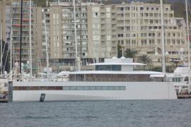 Hightech- und Nostalgie-Yacht in trauter Nachbarschaft