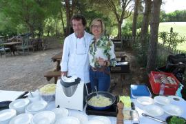 """Sterne-Koch und MM-Kolumnist Gerhard Schwaiger versorgte mit Restaurantleiterin des """"Schwaiger Xino's"""", Cristina Perez, die Teilnehmer mit Weißwurst, Sauerkraut und feiner Pasta."""