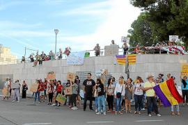 Stierkampfgegner protestieren vor der Arena.