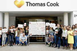 Thomas-Cook-Mitarbeiter protestieren vor Zentrale