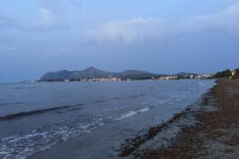 Stinkender Schaum auf Meer verärgert Anwohner in Alcúdia