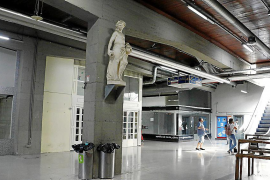 Eine Statue bewacht das fast leere Areal.