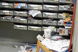 Überfüllte Briefkästen.
