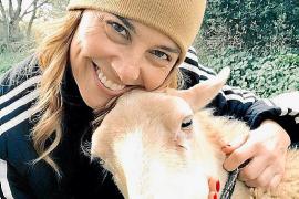 """Victoria Maldi liebt ihr Schaf """"Blanca""""."""
