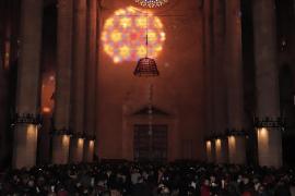 Früh am Morgen wird die Rosette auf die Wand der Kathedrale gespiegelt.