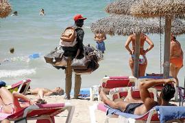 Ein übliches Bild: Straßenhändler auf Strand.