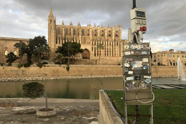 Hässliches Eisengestell verstellt Blick auf Kathedrale