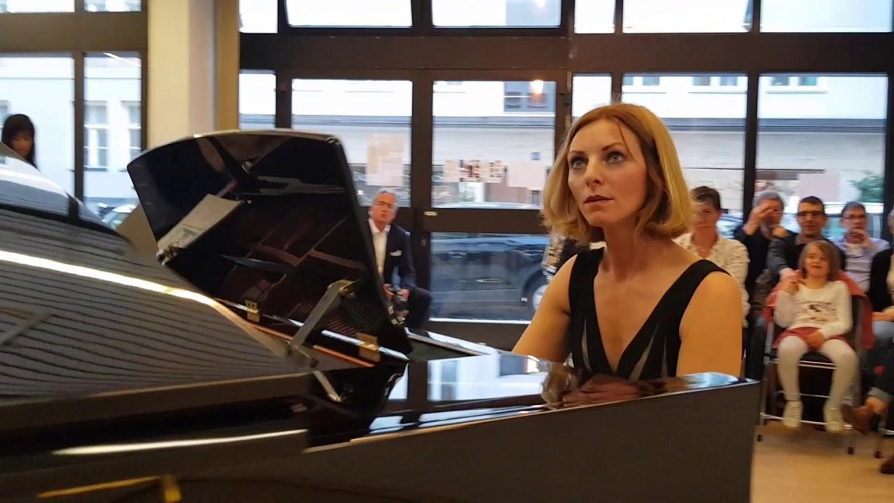 Pianistin gibt zwei besondere Konzerte