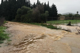 """""""Torrents"""" über Ufer getreten, Straßen gesperrt"""