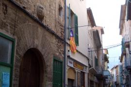 "Die Straße Carrer de Sa Lluna mit dem ""Haus des Mondes"" in Sóller."