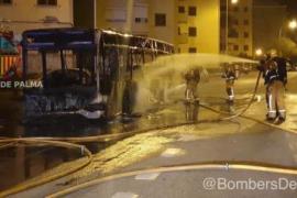Protest gegen Fahrplanänderung? Stadtbus komplett ausgebrannt