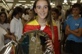 María Perelló nach dem Gewinn ihres dritten WM-Titels am Flughafen von Palma.