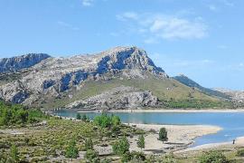 Nicht gut gefüllter Mallorca-Stausee im Sommer.