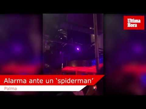 Mann hangelt sich an Glasfassade von Disco runter
