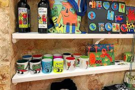 Neben Kunst kann man in der Galerie auch Merchandising-Produkte erwerben, von der Gustavo-Tasse bis zur Gustavo-Tasche.