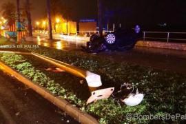 Auto überschlägt sich nach Crash gegen Laterne
