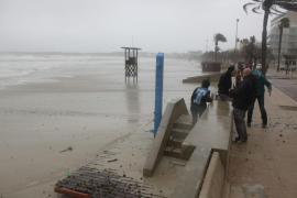 Meer überspült Urlauberstrand von Cala Millor völlig