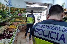 Polizisten führen mutmaßlichen Ausbeuter ab