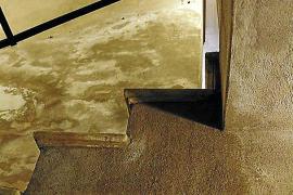 Die Treppe ist steil.