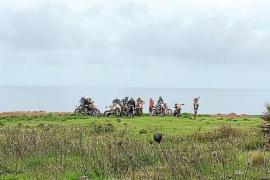 Motocross-Fahrer durchpflügen Erde