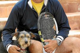Ali Yenilmez mit Lucky, der schon seit 2006 zum Team der Tennisakademie in Peguera gehört.