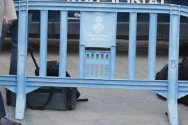 Mann stiehlt Polizeizäune und tappt in Falle