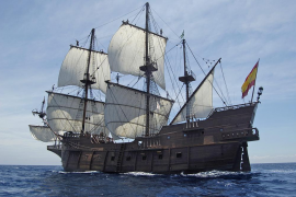 Galeonennachbau macht im Hafen von Palma fest