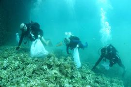 Militärs holen 30 Kilo Müll vom Meeresgrund