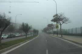 Palma de Mallorca erwacht unter dichten Nebelbänken