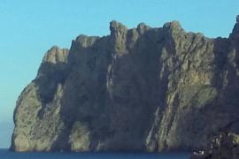 Schatten in Pferdeform scheint an Felswand auf